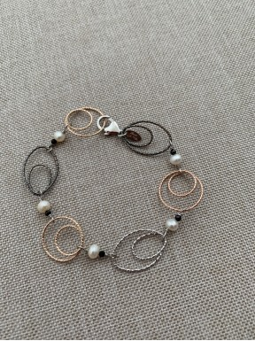 Bracelet fresh water pearls, spinel and rhodiated, black and golden plated silver ovals