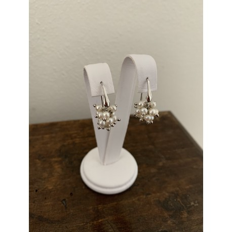 Minimal basic earrings with white pearls ponpom