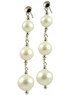 Basic earrings with 3 round white pearls