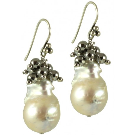 Basic earrings with white baroque pearls and rhodiated agate